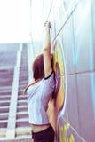 Fri livsstil i den dragna staden av den spensliga flickan Arkivbild