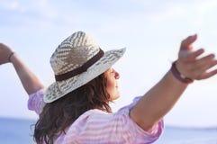Fri lycklig kvinna som tycker om Arkivbilder