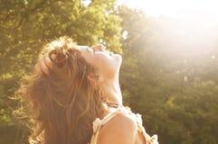 Fri lycklig kvinna som tycker om Royaltyfria Bilder