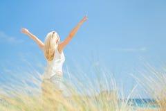 Fri lycklig kvinna som tycker om solen på semestrar Arkivfoton
