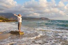 Fri lycklig kvinna som tycker om solnedgång på Sandy Beach Royaltyfria Foton