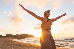 Fri lycklig kvinna som tycker om solnedgång på Sandy Beach Royaltyfri Foto