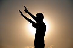 fri lycklig silhouette för pojke Arkivfoto