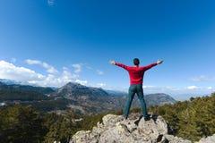 Fri man som kramar naturen fotografering för bildbyråer