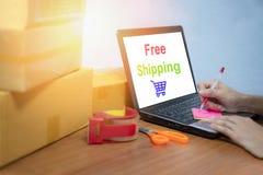 Fri sändande bärbar dator som säljer sakeronline-ecommerceleveransen som direktanslutet shoppar, och inpackning för jordlotter fö arkivfoton