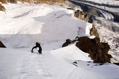 Fri solo stigning för manlig bergsbestigare av unga Ridge på Breithorn den norr framsidan i de schweiziska fjällängarna arkivbild