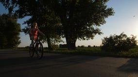 Fri tonåringridningcykel på cykeltur lager videofilmer