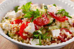 Fri vegetarisk sallad för gluten med en feta Arkivbilder