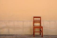 Fri wood stol med den gammala väggen, klassisk stol Royaltyfri Fotografi