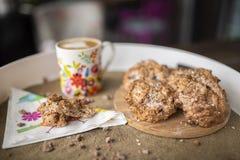 Fria kakor för gluten med kokosnötolja, kokosnötmjöl med varmt kaffe arkivfoton
