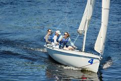 Fria män på seglatsen fotografering för bildbyråer
