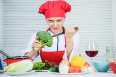 Fria sunda vegetarian- och strikt vegetarianrecept Hur man lagar mat broccoli Vändbroccoli in i den favorit- ingrediensen råkost  arkivfoto