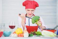 Fria sunda vegetarian- och strikt vegetarianrecept Hur man lagar mat broccoli Vändbroccoli in i den favorit- ingrediensen råkost  royaltyfri foto