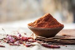 Frialdad roja popular del patta de Resham en bolso del yute Frialdad roja en la cucharada de madera Imagenes de archivo