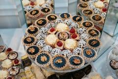 Friandise décorée délicieuse, bonbons sur des tables pour la réception de mariage Photos libres de droits