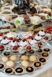 Friandise décorée délicieuse, bonbons sur des tables pour la réception de mariage Photo stock