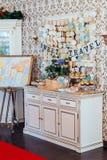 Friandise de vacances Petits gâteaux avec de la crème et des fruits et des bruits de gâteau bleu et blanc décorés des coeurs de p Images libres de droits