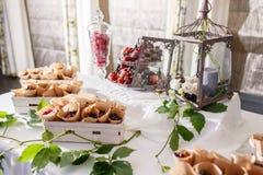 Friandise Fruit frais dans l'enveloppe sur la table de banquet au lieu de rendez-vous d'événement d'affaires ou de mariage Servic photos libres de droits