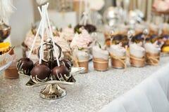 Friandise Table de fête avec des déserts, tartelettes photographie stock libre de droits