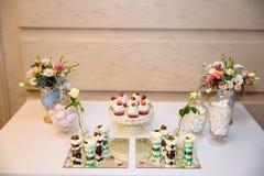 Friandise, une table avec des bonbons et desserts sur la table Secouez avec les petits gâteaux délicieux, bruits de gâteau, biscu photo stock