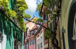 FRIBOURG-EN-BRISGAU, ALLEMAGNE - 17 mai 2017 : la vieille rue de ville à Fribourg, une ville dans la région du sud-ouest de l'All Image libre de droits