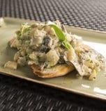 Fricassea del topinambur & di Shitake su lievito naturale tostato Immagini Stock