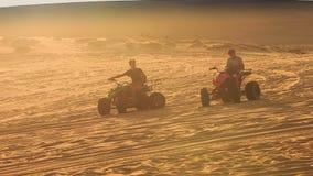 Fricción de la arena del funcionamiento de los patios que compite con en las dunas de arena blancas metrajes