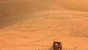 Fricción de la arena que compite con a Jeep Vanishes en dunas ilimitadas metrajes