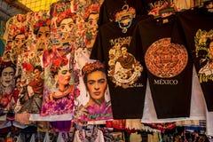 Frida Kahlo-koopwaar op t-shirts stock foto