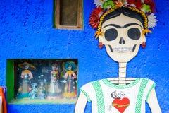 Frida Kahlo-stijl het schilderen met een schedel op een muur in Mexico wordt geschilderd dat Royalty-vrije Stock Foto's