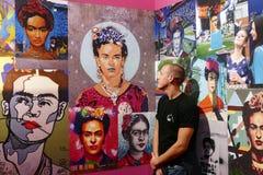 Fridamania Junger Mann, der Frida Kahlo die Knallikone bewundert lizenzfreie stockfotos