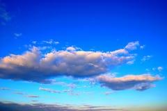Fridfull blå himmel med rosa moln royaltyfri fotografi