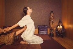 Fridfull flicka som tycker om thai massage arkivbilder