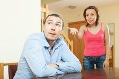 Fridfull grabb som lyssnar till hans ilskna kvinna Arkivbilder