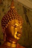 Fridfull guld- Buddhastaty Royaltyfria Bilder