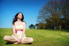 fridfull kvinna för fält Arkivfoto