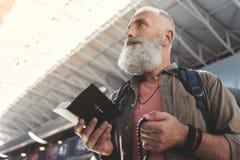 Fridfull pensionär som håller bibeln och pärlor Arkivbilder