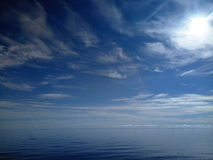 Fridfull seascape med solen och blå himmel Royaltyfria Foton