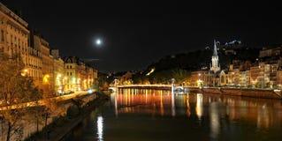 Fridfull sikt av Saone River på natten Royaltyfri Fotografi