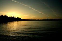 fridfull solnedgång för lake Arkivfoton