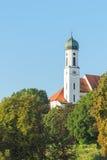 Fridfull vertikal sikt av den gamla kyrkan i Schongau fotografering för bildbyråer