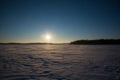 Fridfull vintermorgonsikt till den djupfrysta sjön Royaltyfria Bilder