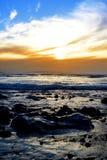 Fridfulla hav på den steniga beal stranden Royaltyfria Foton