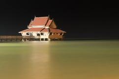 Fridfullt hus i svart natt Arkivbild