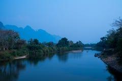 Fridfullt landskap vid sångfloden på Vang Vieng royaltyfri foto