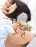fridfullt sova för familjmorgon tillsammans Royaltyfri Foto