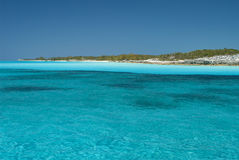 Fridfullt vatten av kattön Bahamas Royaltyfri Bild
