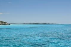 Fridfullt vatten av kattön Bahamas Arkivfoto