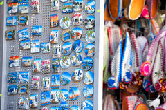 Fridge magnets and colorful Greek Slippers in Rhod Lizenzfreies Stockfoto