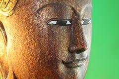 Fridsam Buddha med grön bakgrund Fotografering för Bildbyråer